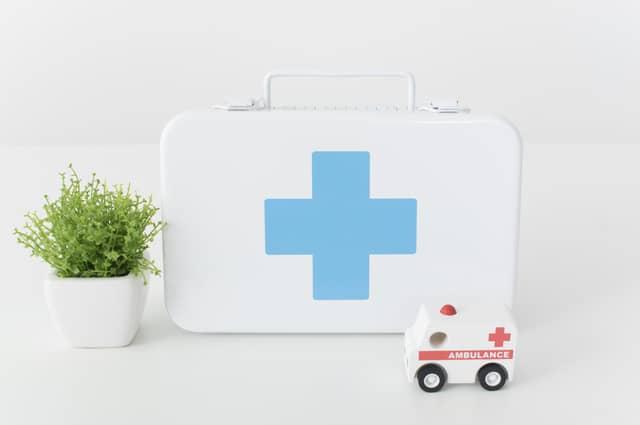救急箱と救急車のミニカー
