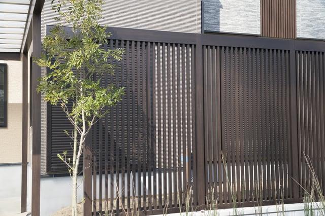 家の縦格子フェンス