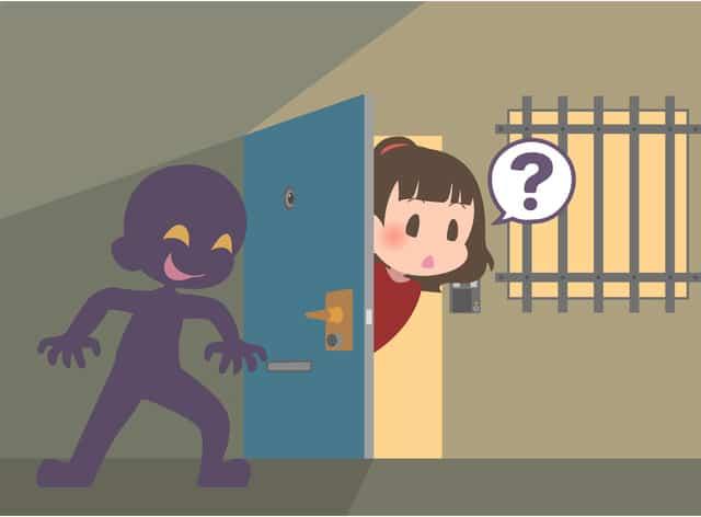 ドアの影に隠れる不審者