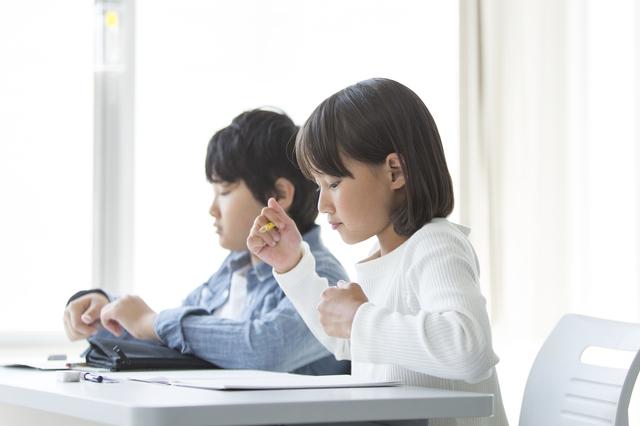 塾で勉強する子ども
