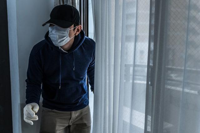 窓から侵入した泥棒