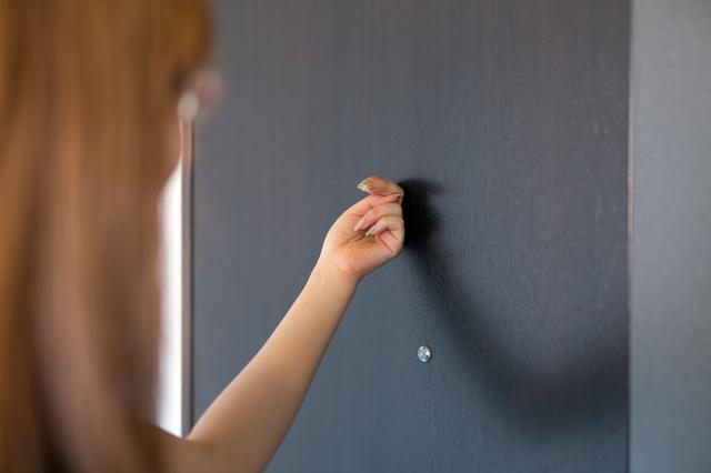 ドアをノックする女性