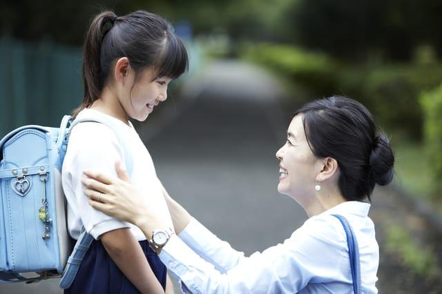 小学生の子どもと母親