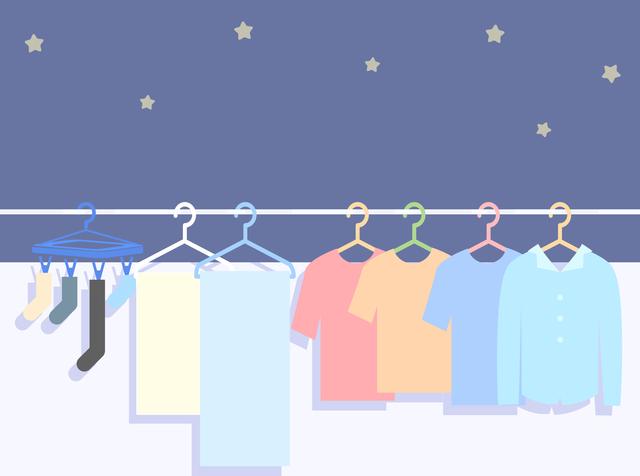 夜に干されている洗濯物