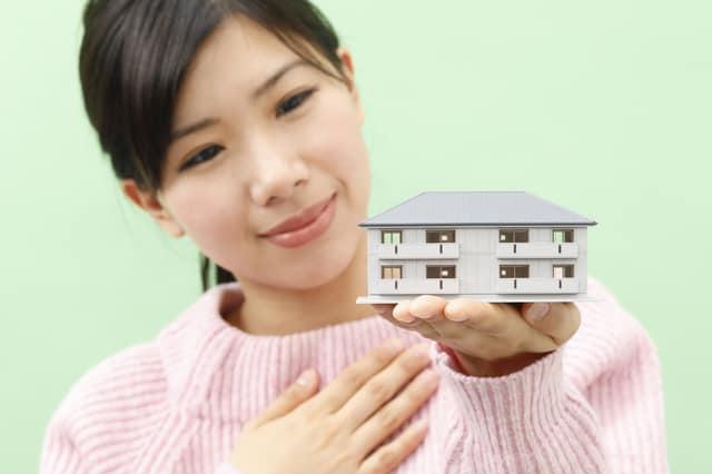 家を持って安心する女性