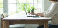自宅でパソコンを触る女性