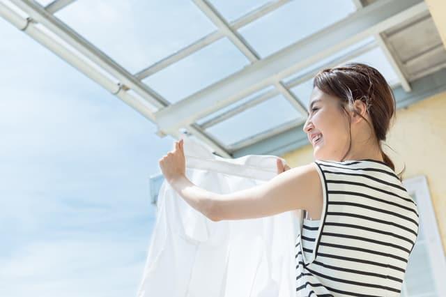 洗濯を干す女性